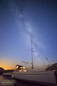 Segelbåt under stjärnorna i Lysekil, Bohuslän
