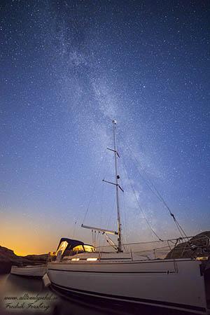 Segelbåt under stjärnorna i Lysekil